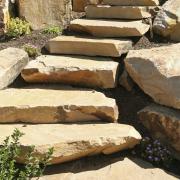 Steinmetz Arbeiten an Treppen für den Garten